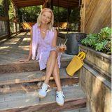 Auf dergroßzügig geschnittenenHolz-Terrasse mit Blick in den Garten kann die Schauspielerin wohl besonders gutentspannen. Ein kaltesGetränk in der Hand und lässige Sneaker an den Füßen machen den Wohlfühl-Moment perfekt.