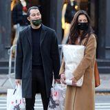 Katie Holmes und ihr neuer Freund Emilio Vitolo tragen ihre Einkäufe durch Manhattan. Neugierig wie wir sind, würden wir gerne einen Blick in ihre Taschen werfen. Laut Aufdruck der Tüten kommt der Inhalt aus einem Geschäft für Malerbedarf. Welches Projekt mögen die beiden wohl angehen?