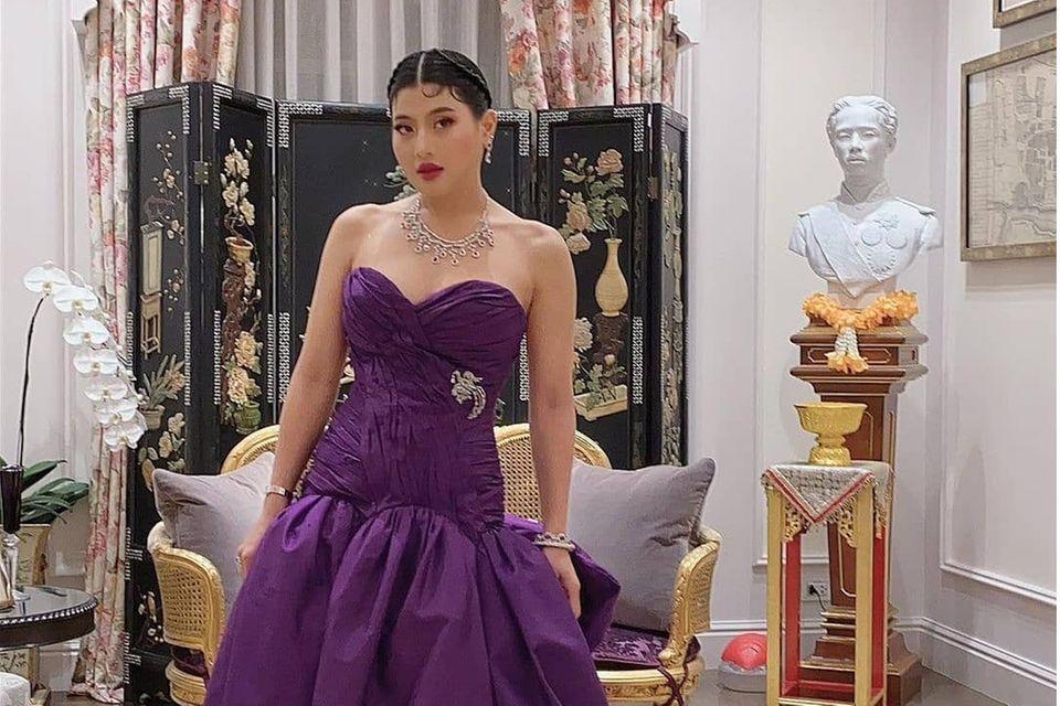 In einem opulenten lilafarbenen Kleid mit Schleppe und Herz-Dekolleté zeigt sich die thailändische Prinzessin von ihrer glamourösen Seite. Als Modedesignerin hat sie ein fabelhaftes Gespür für extravagante Looks. Ein tierisches Accessoire darf natürlich nicht fehlen.
