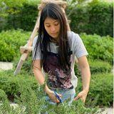 Die Prinzessin zeigt sich zwar gerne von ihrer glamourösen Seite, doch auch der lässige Lookbei der Gartenarbeit steht der 33-Jährigen gut. In einem schlichtenT-Shirt schneidet sie Kräuter aus dem Garten.
