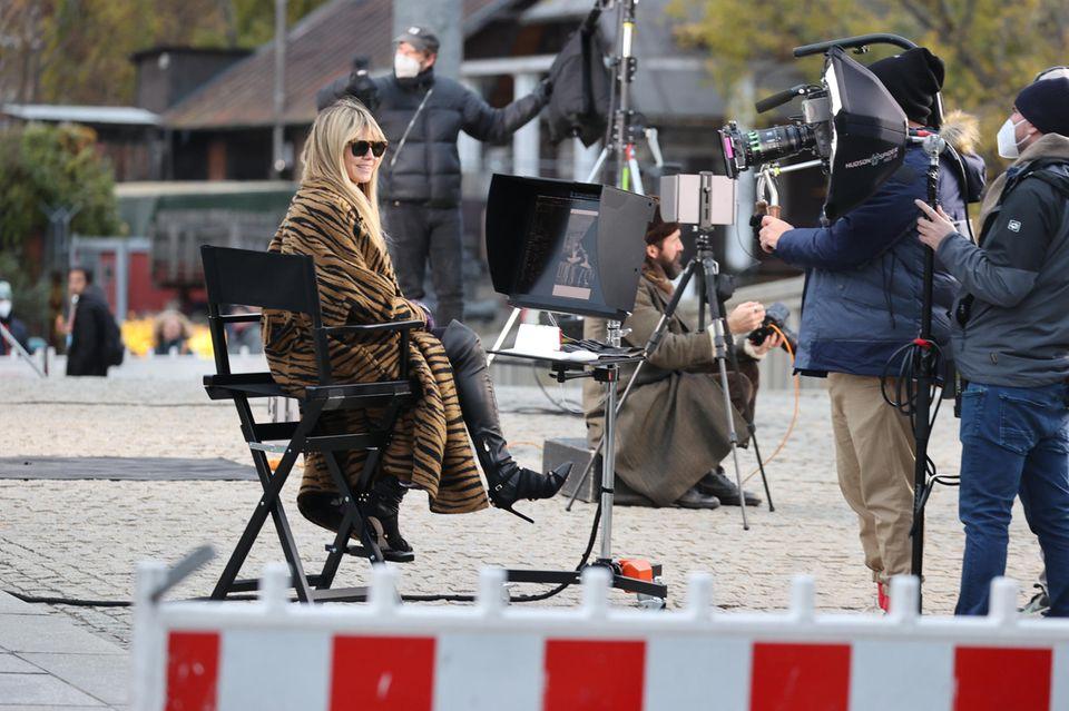 """Die Dreharbeiten zur 16. Staffel von """"Germany's next Topmodel"""" haben begonnen. Vor demBode-Museum auf der Museumsinsel in Berlin müssen die erstenMädchen ihr Talent unter Beweis stellen. Und Model-Mama Heidi Klum behält dabei alles ganz genau im Blick."""