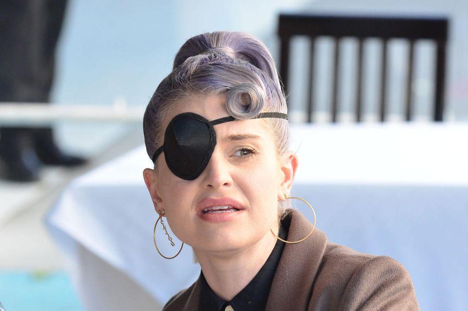 """17. November 2020  Kelly Osbourne ist im trendigen Restaurant """"Ivy"""" in Hollywood mit Freunden zum Lunch verabredet. Die Musikerin ist zwar bekannt für ihren eigenen Stil, doch dieser Piratenlook war wohl nicht ganz beabsichtigt. Bei einem """"Schminkunfall"""" soll sich die Tochter von Altrocker Ozzy Osbourne zuvor mit der Mascarabürste das Auge verletzt haben. Autsch!"""