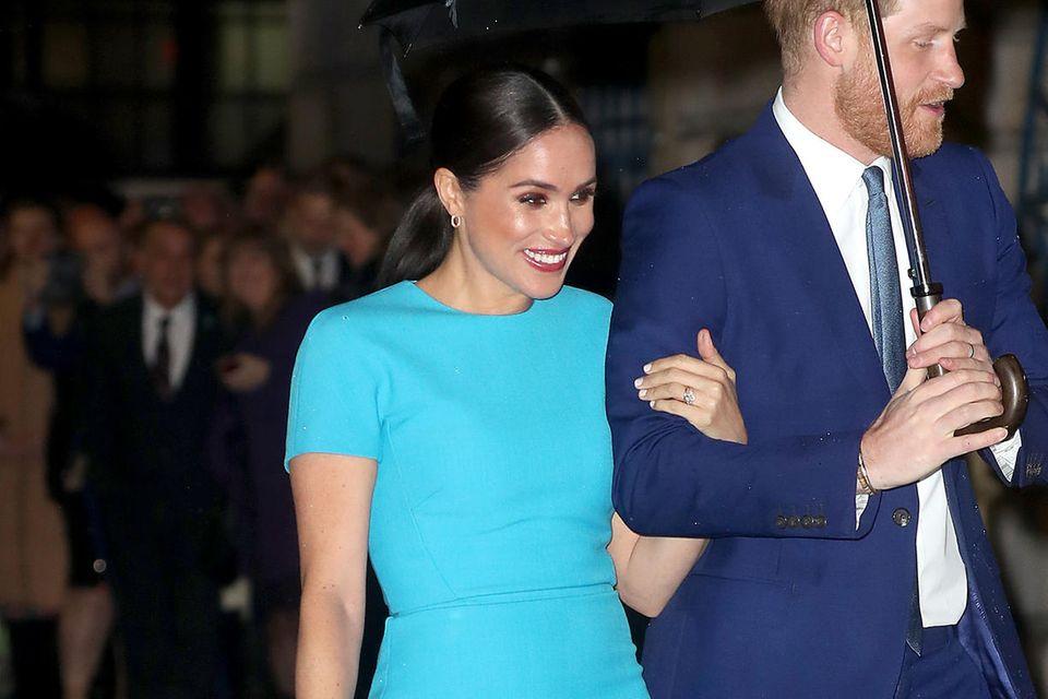 Herzogin Meghan strahlt in dem türkisfarbenen T-Shirt-Kleid von Victoria Beckham.