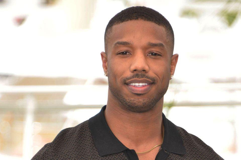 """2020: Michael B. Jordan  Als frisch gekürter """"Sexiest Man Alive"""" darf sich Michael B. Jordan nunoffiziell demKlub der schönen Männer anschließen. Der Schauspieler, bekannt für seine Rollen in """"Creed"""" und """"Blank Panther"""", überzeugt aber nicht nur durch seine attraktiveErscheinung, sondern auch mit seinem Einsatz für mehr Diversität in Hollywood, unter anderem im Zuge der """"Black Lives Matter""""-Bewegung."""