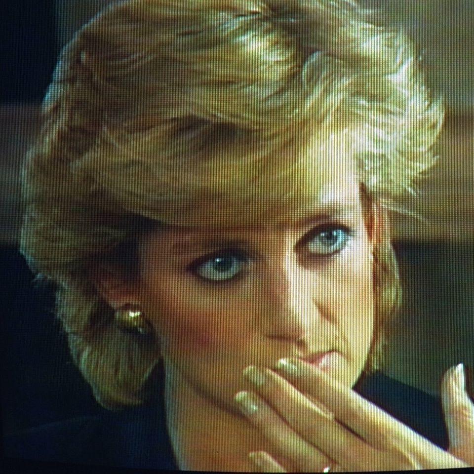 Prinzessin Diana kehrt in dem Interview ihr Innerstes nach außen. Ein Schock für das Königshaus, dassich zum Privatleben seiner Mitgliederin der Öffentlichkeit für gewöhnlich bedeckt hält.