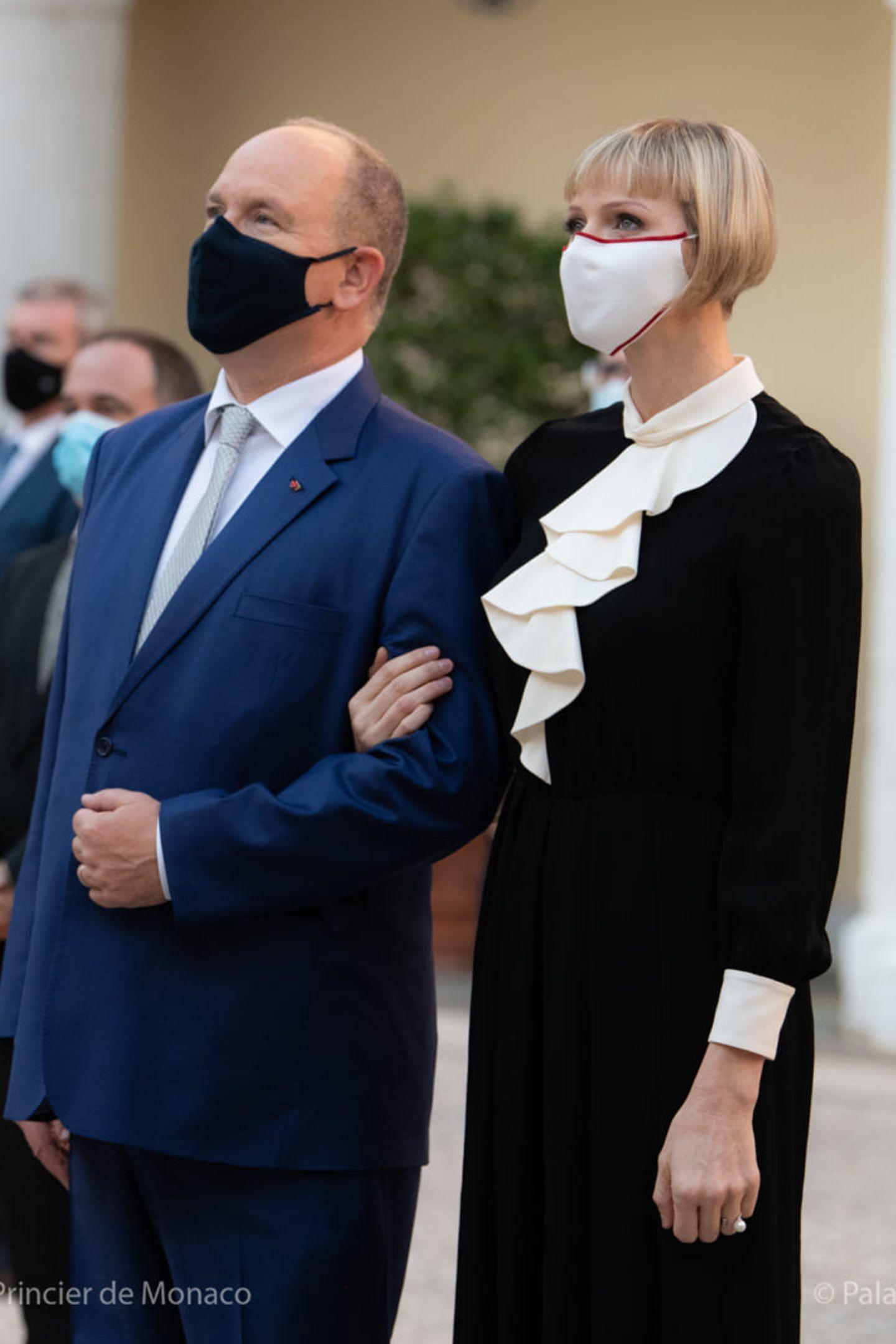 Fürstin Charlène trägt ein schickes Volantskleid am Nationalfeiertag