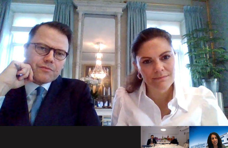 18. November 2020  Prinz Daniel und Prinzessin Victoria sitzenheute ebenfalls zusammen vor dem Bildschirm. In ihrem virtuellen Treffen mit der Handelskammer von Stockholm werden sie über neue Maßnahmen und Auswirkungen der Pandemie auf das Geschäftsleben in der schwedischen Hauptstadt informiert.