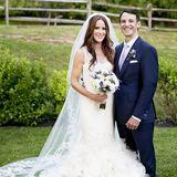 An ihrer Hochzeit bezaubertdie Tochter von Joe Biden in einem extra für sie angefertigten Vera Wang Kleid. Sie entscheidetsich für einen edlen Meerjungfrauschnitt mit ordentlich Tüll. Der passende Schleier aus Chantilly-Spitze machtihren traumhaften Wedding-Look komplett. Was für eine schöne Braut!