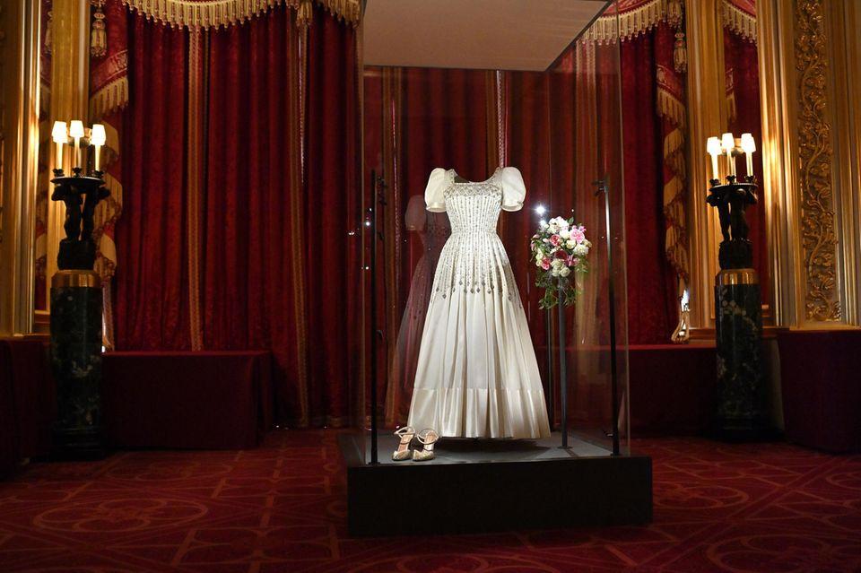 Prinzessin Beatrices Vintage-Hochzeitskleid wurde am 23. September 2020 im Schloss Windsor ausgestellt.