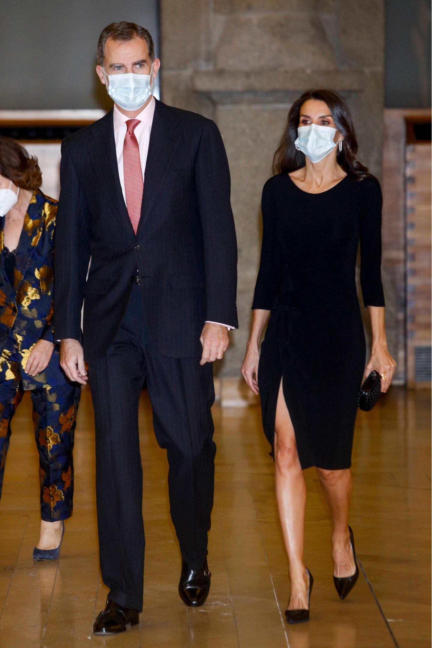 """Königin Letizia setzt auf das """"kleine Schwarze"""". Bei der Verleihung eines Journalistenpreises trägt die stilsicheren Monarchin ein geschlitztes Etuikleid von Emporio Armani, das an der Vorderseite mit einem eleganten Volant versehen ist."""