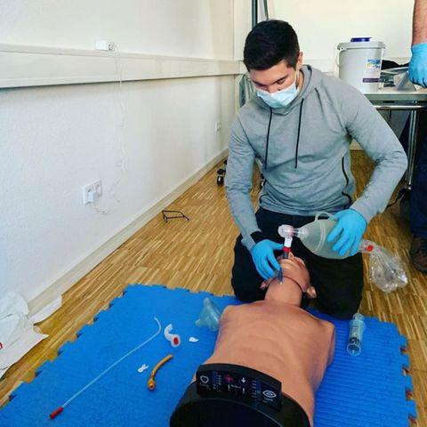 18. November 2020  Joey Heindle macht gerade eine Ausbildung zum Rettungssanitäter, und wie viel Spaß ihm diese macht, berichtet der Popsänger mit einem Foto auf Instagram. Wir nehmen also an, die Reanimation ist geglückt.