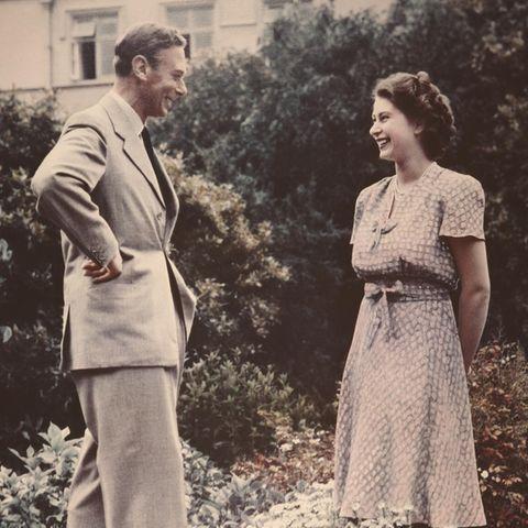 König George VI. im Gespräch mit seiner Tochter Elizabeth im Jahr 1946.