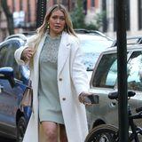 """In einem herbstlichen Outfit, bestehend aus einem mintfarbenen Strickkleid mit Spitzeneinsatz und einem Mantel in Beige, zeigt sich Schauspielerin Hilary Duff am Set der TV-Sitcom """"Younger"""". Unter dem Kleid blitzt erbeim genaueren Hinsehen hervor: der kleine Babybauch. Hilary Duff hat Ende Oktober die freudige Nachricht über ihre dritte Schwangerschaft auf Instagram geteilt."""
