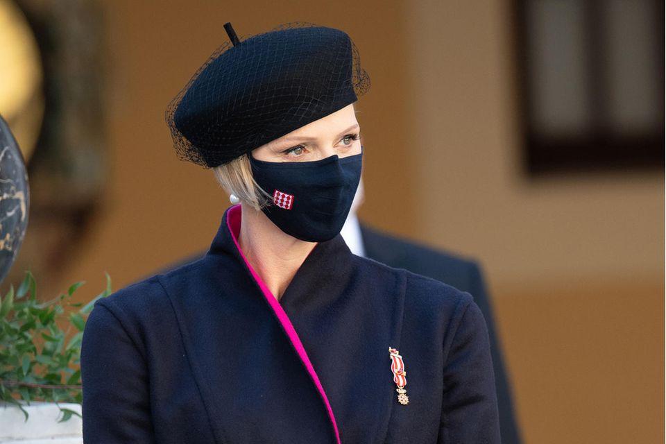 Fürstin Charlène trägt am Nationalfeiertag ein dunkelblaues Mantelkleid