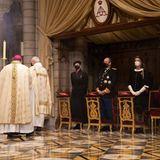 Monacos Nationalfeiertag beginnt mit einem Gottesdienst in der Kathedrale von Monte Carlo. Fürst Albert und Fürstin Charlène nehmen mit Prinzessin Caroline an der Messe teil,die aus gegebenen Anlass im kleinsten Kreise abgehalten wird.