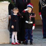 Seinen gewissenhaftenAuftritt in Uniform meistert der kleine Sohn von Fürst Albert und Fürstin Charlène ganzvorbildlich.