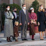 Die Fürstenfamilie verfolgt aufmerksam die Feierlichkeiten im Hof - und da sind heute die Kinder die eigentlichen Stars.