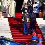 In feierlicher Robe verlässt Monacos Fürstenpaar mit Prinzessin Carolinedie Kathedrale, um zum nächsten Programmpunkt der Feierlichkeiten aufzubrechen.