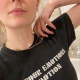 """Man muss schon ganz genau hinschauen, um den Tattoo-Neuzugang am Handgelenk von Schauspielerin Sophie Turner zu sehen. Der """"Game of Thrones""""-Star zeigt bei Instagramein klitzekleines neues Mini-Tattoo mit umso größerer Bedeutung. Ihren Arm ziert nämlich jetzt der Buchstabe """"W"""", der für ihr Töchterchen Willa stehen dürfte. Darüber befindet sich ein kleines """"J"""", vermutlich für ihren Ehemann Joe Jonas."""