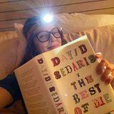 Drew Barrymore kann von David Sedaris' unterhaltsamen Geschichten gar nicht genug bekommen. Anstatt zu schlafen, setzt sie ihren Lesemarathon kurzerhand im Bett fort und greift dabei zu einem cleveren Hilfsmittel.
