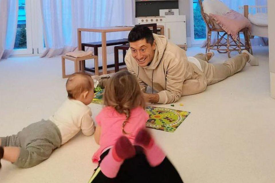 """19. November 2020  """"Zwei gegen einen"""": Im Spiel mit seinen süßen Töchtern muss sichRobert Lewandowski wohl geschlagen geben."""