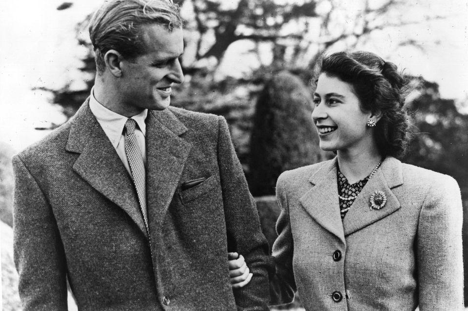 Prinz Philip und Prinzessin Elizabeth genießen am 23. November 1947 den Honyemoon - die Braut mit Brosche.
