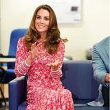 In einem wunderschönen Blumen-Kleid in den Farben Pink, Rosa und Weiß strahlt Herzogin Kate zu einem Termin im September 2020. Ein ähnliches besitzt auch Töchterchen Charlotte in ihrem Kleiderschrank...