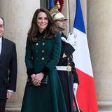Die hübsche Frau von Prinz William hat ein Faible für Mäntel. Besonders die Variante mit Glockenrock, taillierter Mitte und doppelter Knopfleiste haben es der 38-Jährigen angetan. Dieses Modell in Dunkelgrün hat Kate nicht nur für sich geshoppt, sondern auch für ihre Tochter Charlotte.