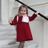 ... denn Charlotteträgt ebenfalls gerne Rot. Zum ersten Tag im Kindergarten im Jahr 2018 wählt die Mini-Royal einen putzigen Wollmantel mit Zweier-Knopfreihe und ihre heiß-und-innig-geliebten Ballerina-Schühchen.