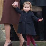 Aber auch in Charlottes Kleiderschrank darf ein dunkelblauer Mantel auf keinenFall fehlen, auch wenn sie aus diesem Modell jetzt schon herausgewachsen sein dürfte. Zur Weihnachtsmesse im Jahr 2016 sieht sie darin einfach nur unglaublich niedlich aus.