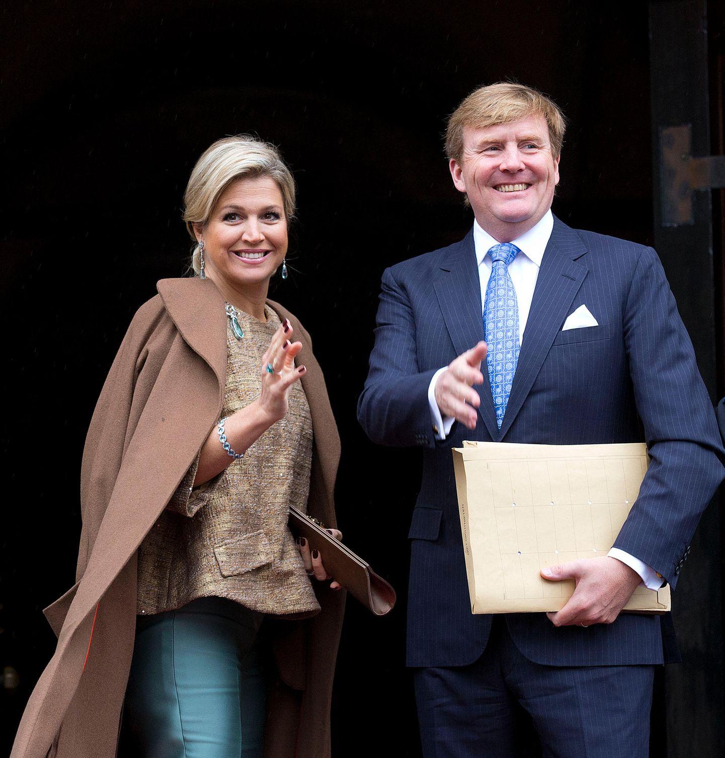 Im Januar 2014 trug Máxima die braune Bluse zu einer petrolfarbenen Seidenhose – und sah darin umwerfend aus. Kein Wunder also, dass das Oberteil von Natan seitdem immer wieder aus dem Schrank gezogen wird.