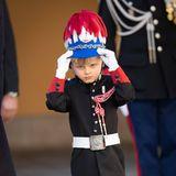 Immer wieder rückt der Fünfjährige seinen Helm zurecht, der noch eine Nummer zu groß für ihn zu sein scheint. Auch die Offiziers-Uniform ist besonders an den Beinen noch etwas groß - aber keine Sorge; ein bisschen Zeit hat er noch, um in Uniform und die dazugehörigen Aufgaben hereinzuwachsen.