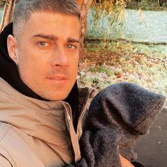 21. November 2020  Mit Tochter Zoe macht Dustin Schöne einen Morgenspaziergang in Berlin. Um die Kleine gut vor der Kälte zu schützen, trägt Zoe einen kuscheligen Overall mitZipfelkapuze.