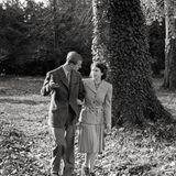 Auf einem offiziellen Foto aus den Flitterwochen des Paares, das im November 1947 geschossen wurde, trägt die frisch verheiratete Königin ebenfalls die besondere Brosche. Das Schmuckstück ist seit 1946 im Besitz der Königin.