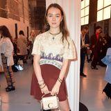 """Im September 2019 besucht Prinzessin Alexandra die Modenschau von Chloé im Rahmen der Pariser Fashion Week. Passend zu ihrem Kleid hält sie die """"Mini C""""-Tasche aus Kalbsleder von Chloé in den Händen, Preis rund 1.150 Euro."""