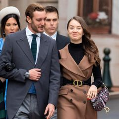 """Zum monegassischen Nationalfeiertag 2019 zeigt sich die jüngste Tochter von Prinzessin Caroline von Monaco schon einmal mit der ikonischen """"Saddle Bag"""" von Dior (Preis ab 2.100 Euro). In lila-weiß-schwarzer Python-Optik setzt die It-Bag einen tollen Akzent zu dem an sich schlichten Look."""