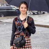 """Für die Dior-Show in Paris im Januar 2020wählt Alexandra von Hannover einen coolen Look inklusive Crossbody-Bag. Das Modell """"Bobby"""" besticht durch sein cooles """"Hobo-Design"""" und kostet 3.800 Euro."""