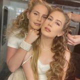 """Lana Del Rey postet auf Instagram ein gemeinsames Foto mit ihrer Schwester Caroline Grant. Das Schwesternduo pflegt ein inniges Verhältnis und Lana Del Rey schwärmt in den höchsten Tönen von """"Chuck"""", wie ihre jüngere Schwester genannt wird. Die Ähnlichkeit ist durch die lange Lockenpracht und die engelhaften Outfits verblüffend."""