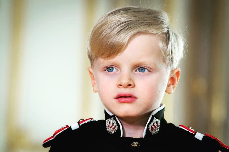Als letztes in der Reihe postet Charlène ein ausdrucksstarkes Porträtfoto ihres Sohnes Prinz Jacques in seiner Uniformam Nationalfeiertag und versieht das Bild mit einem Herz-Emoji.