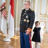 Eine kichernde Prinzessin Gabriella hat sich am Nationalfeiertag (19. November) im Palast hinter ihrem Vater Fürst Albert versteckt.