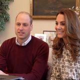 Farblich harmonieren die beiden trotzdem: Die Herzogin von Cambridge trägt eine gemusterte Seidenbluse von Michael Kors. Das helle Haar fällt ihr in leichten Wellen über die Schultern und sie wählt ein natürliches Make-up.