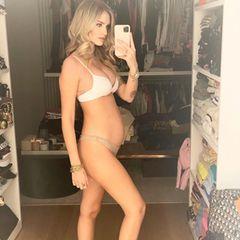 Die imposante Kleiderschrank-Kulisse dürfte den meisten Fans von Chiara Ferragni bekannt sein, die wachsende Babykugel ist neu: Die erfolgreiche Bloggerin ist schwanger mit ihrem zweiten Kind. Mit diesem Foto startet sie in den sechsten Monat, Anfang des neuen Jahres soll dann ihr Töchterchen zur Welt kommen.