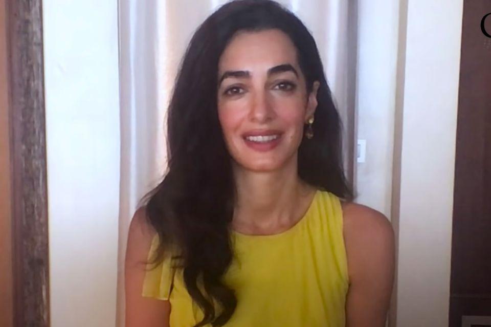 """Amal Clooney bedankt sich in Gelb für die Auszeichnung mit dem """"Gwen Ifill Preis""""."""
