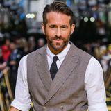 """2010: Ryan Reynolds   Was wohl seine Frau Scarlett Johansson dazu gesagt hat? Der Schauspieler Ryan Reynolds wird vom amerikanischen """"People""""-Magazin zum """"Sexiest Man Alive 2010"""" gekürt. Der 34-Jährige hat die Jury mit seinen Muskeln und seinem Humor überzeugt. """"Man muss es nehmen, wie es kommt"""", sagt Reynolds über seinen neuen Titel."""