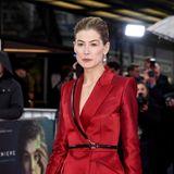 """Fast 20 Jahre später kann die britische Schauspielerin auf eine beachtliche Karriere zurückblicken –anzusehen ist ihr die lange Zeit jedoch nicht. Von den roten Teppichen dieser Welt ist sie nicht mehr wegzudenken:Ihre Rolle im Krimidrama """"Gone Girl"""" wurde mit Nominierungen für den Oscar und denGolden Globe geehrt."""