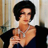 """1997 zeigte sichPierce Brosnan zum zweiten Mal als James Bond. Damals war er 44 undTeri Hatcher 33 Jahre alt. Der 18. Film aus der Reihe spielte weltweit über 460 Millionen US-Dollar ein, woran mit Sicherheit auch die hübsche Schauspielerin maßgeblich beteiligt war. Denn zu diesem Zeitpunkt war sie bereits durch dieSerie """"Superman – Die Abenteuer von Lois & Clark"""" bekannt. Und auch nach dem 007-Auftritt sollte die Erfolgswelle der heute 56-Jährigen nicht abflachen..."""