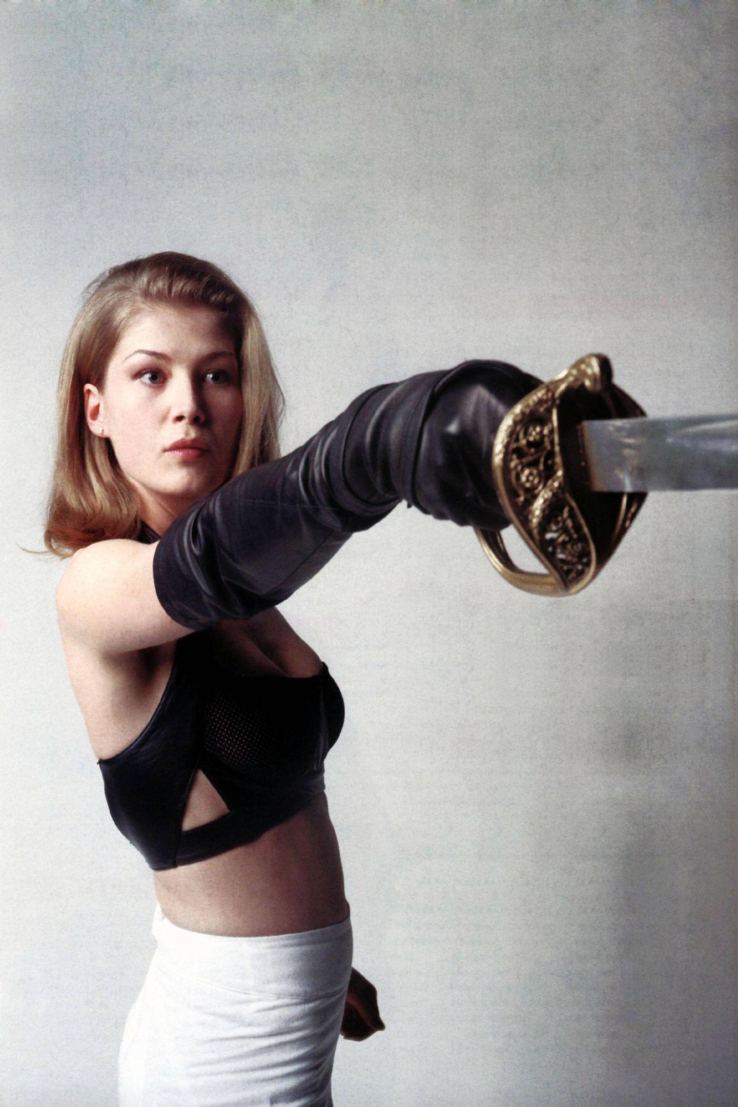 """Rosamund Pike machte Pierce Brosnan als 007 in """"Stirb an einem anderen Tag"""" die Hölle heiß. Als Miranda Frost wurde sie 2002 weltberühmt.Am 27. Januar 2021 feiert die Blondine ihren 42. Geburtstag – und sie sieht noch immer super aus. Sehr selbst ..."""