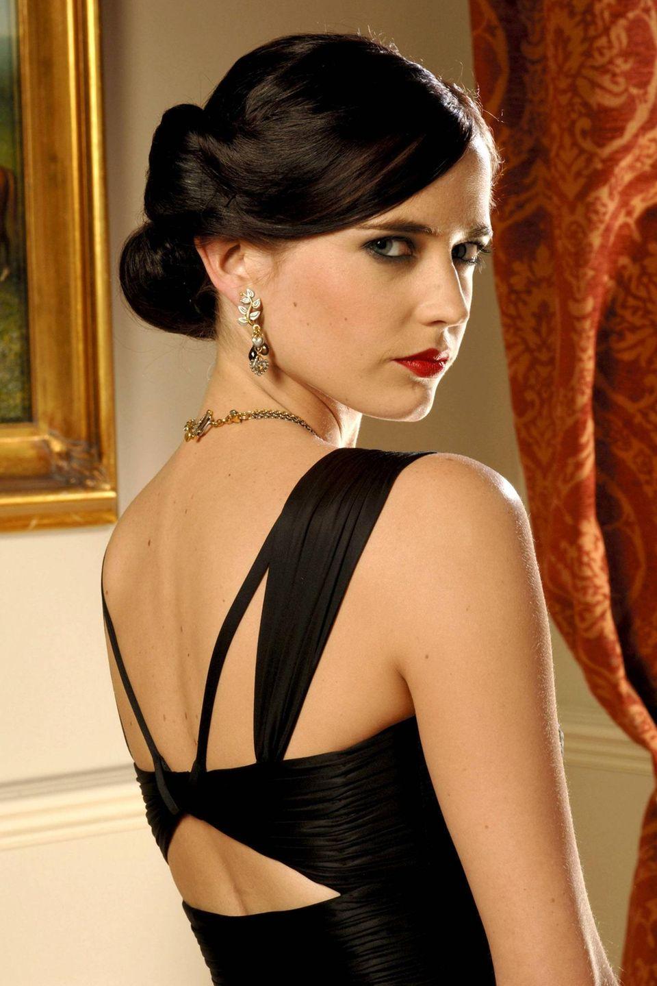 """Wir sind gebannt von diesem eindringlichen, lasziven Blick – Eva Green beherrscht ihn in der Rolle des Bond-Girls in """"Casino Royal"""" im Jahr 2006perfekt. Ihre dunkel geschminkten, eindrucksvollen Augen machen sie wohl zu einer der verführerischsten Liebschaften des 007-Agenten. Auch 14 Jahre später ...."""