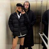 """Stefanie Giesinger und ihr Freund Marcus posieren im Fahrstuhl. Den Fans fällt dabei besonders die Kombi aus kurzem Rock mit nackten Beinen und der dicken Daunenjacke auf. """"Was ich schon immer wissen wollte... bei welcher Temperatur kann man keine Hose und eine dicke Jacke tragen?"""", fragt ein Follower unter dem Foto. Steffi lässt das unkommentiert, postet lediglich ein schwarzes Herz-Emoji zu dem coolen Foto."""