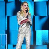 Auf Glitzer und Glamour setzt auch Topmodel Cara Delevingne in einem silberfarbenen Anzug, die an dem Abend eine Laudatio hält.